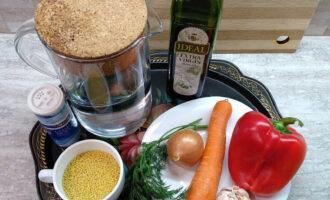 Шаг 1: Подготовьте необходимые ингредиенты для приготовления постной пшенной каши с овощами.