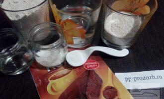 Шаг 1: Подготовьте ингредиенты: муку (овсяную и цельнозерновую), воду, сахарозаменитель, какао-порошок, подсолнечное рафинированное масло и соду.