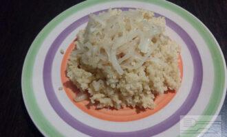 Шаг 7: Выложите на тарелку порцию каши и добавьте обжаренный лук. Приятного аппетита!
