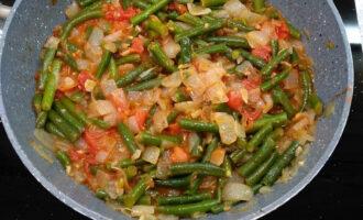 Шаг 5: Измельчите помидоры и добавьте их к овощам. Добавьте специи и посолите. Перемешайте и готовьте еще 10 минут.