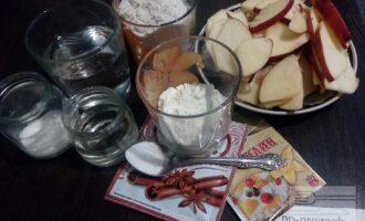 Шаг 1: Подготовьте ингредиенты для пирога: яблоки, овсяную и пшеничную муку, воду, рафинированное подсолнечное масло, соду (разрыхлитель), корицу, ваниль, и сахарозаменитель.