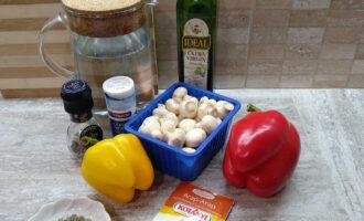 Шаг 1: Подготовьте необходимые ингредиенты для заливного из шампиньонов.