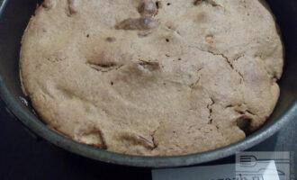 Шаг 6: Готовность пирога проверьте деревянной зубочисткой или шпажкой (она должна быть сухой).