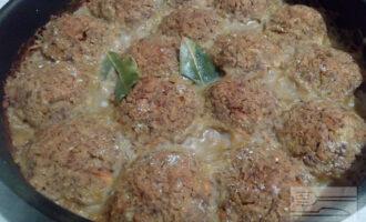 Шаг 8: Готовые тефтели подавайте с томатным соусом.