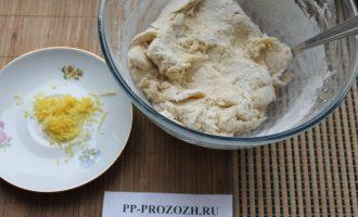 Шаг 4: Добавьте просеянную муку с разрыхлителем и замесите крутое тесто.