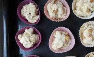 Шаг 6: Разложите тесто по небольшим формочкам. Нагрейте духовку до 180 градусов.