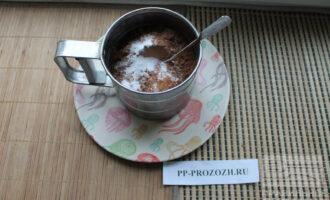 Шаг 2: Смешайте сухие ингредиенты: муку, кэроб, соду, ванилин и корицу. Вы можете насыпать их сразу в сито.