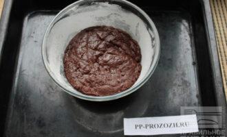 Шаг 6: Подготовьте форму для запекания. Для этого смажьте ее маслом и обсыпьте мукой. Выложите тесто в форму.