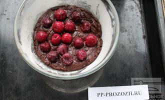 Шаг 7: Разложите замороженные ягоды на тесто.