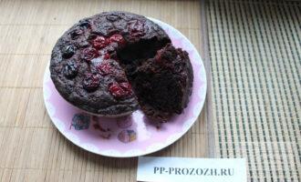 Постный шоколадный кекс с вишней