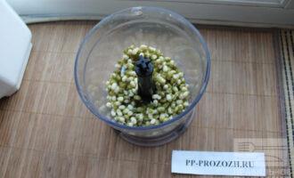 Шаг 4: Переложите проростки в блендер. Добавьте чеснок, если любите.