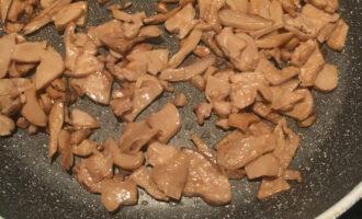 Шаг 3: На сковороду выложите грибы и немного поджарьте.