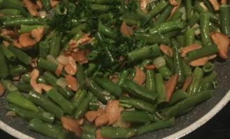 Шаг 6: Добавьте соль, перец и нарезанный чеснок. Минутку тушите и снимите с огня. В завершении добавьте мелко нарезанную зелень.