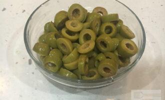 Шаг 5: Нарежьте оливки.