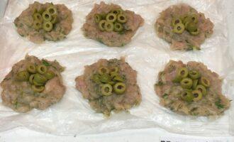 Шаг 7: В центр выложите оливки.