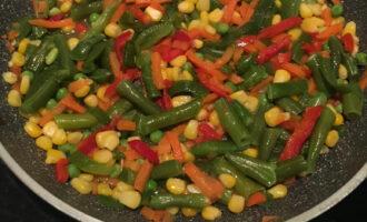 Шаг 3: В сковороде разогрейте масло и выложите мексиканскую смесь. Если будет выделяться влага, то выпарите ее до конца.