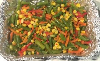 Шаг 5: Сверху рыбы выложите мексиканскую смесь. Поставьте в предварительно разогретую духовку до 200 градусов.