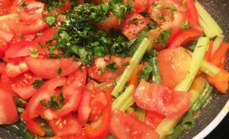 Шаг 6: Добавьте помидоры, измельченную зелень, специи, соль и черный перец по вкусу. Перемешайте и тушите овощи под крышкой еще примерно 15 минут, периодически помешивая.