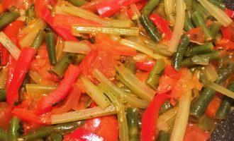 Шаг 7: Овощное рагу с сельдереем, помидорами и стручковой фасолью готово!