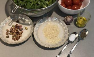 Шаг 1: Подготовьте необходимые ингредиенты: фасоль, томаты, оливковое масло, фисташки, кунжут, чеснок, перец, соль.