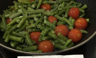 Шаг 4: К томатам всыпьте фасоль, накройте крышкой и готовьте 10 минут на среднем огне.