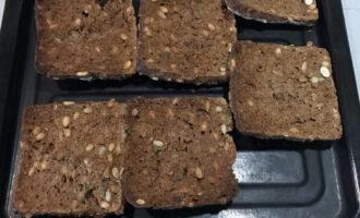 Шаг 6: Цельнозерновой хлеб запеките в духовке при температуре 200 градусов до хрустящей корочки. Немного остудите и натрите каждый кусочек зубчиком чеснока.