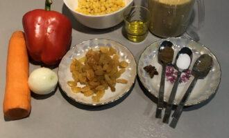 Шаг 1: Подготовьте необходимые ингредиенты: кускус, кукурузу, перец сладкий, морковь, лук, изюм (по желанию), масло оливковое, бадьян, кориандр, соль и перец черный молотый.