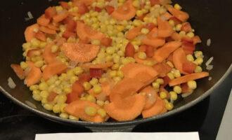 Шаг 5: В сковородку влейте оливковое масло, выложите лук, кукурузу, морковь, перец, налейте немножко воды и готовьте под крышкой на среднем огне в течение 10 минут, периодически помешивая.