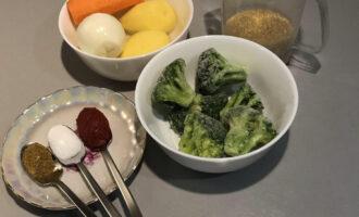 Шаг 1: Подготовьте необходимые ингредиенты: булгур, картофель, лук, морковь, брокколи, томатную пасту, карри и соль.