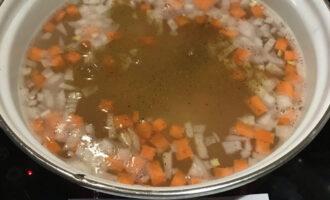 Шаг 4: В кастрюлю к булгуру добавьте нарезанные овощи, соль и карри. Закройте крышкой и продолжайте варить на среднем огне 20 минут.