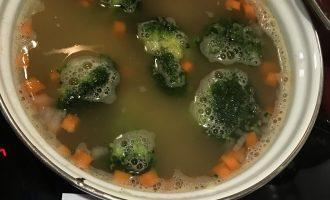 Шаг 5: Добавьте к супу томатную пасту и брокколи и варите еще 5 минут.