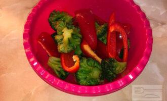 Шаг 4: Смешайте овощи с соусом.
