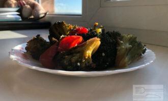 Печеная брокколи с перцем и томатами