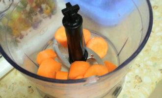 Шаг 2: Почистите морковь, нарежьте кружочками и загрузите в чашу блендера.