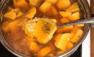Шаг 6: Добавьте чечевицу к супу и варите до ее готовности.
