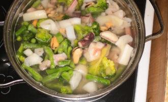 Шаг 2: Отварите овощи и коктейль до состояния Аль-Денте. Варите 10 минут до закипания.