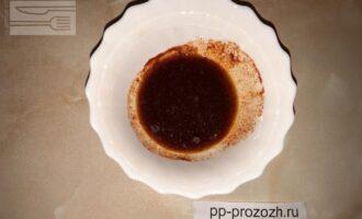 Шаг 3: Приготовьте соус для заправки овощей: смешайте оливковое масло, соевый соус и приправы.