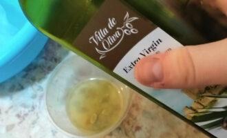 Шаг 6: Добавьте 2 столовых ложки оливкового масла.