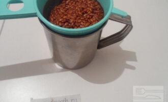 Шаг 3: Слейте воду. Промойте семя льна под холодной водой. Выложите в сито лен. Налейте пол стакана холодной воды, поставьте сверху сито со льном.  Оставьте на 2 суток до появления проростков.