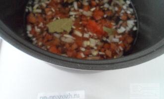 Шаг 4: В кастрюлю влейте 1 стакан воды. Выложите лук, помидор, лавровый лист, фруктозу и соль. Кипятите на слабом огне 30 минут. По истечении этого времени выньте лавровый лист, а овощи протрите через сито или измельчите блендером.