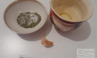 Шаг 6: Для сухариков возьмите чеснок, растительное масло, соль и сушеные травы.