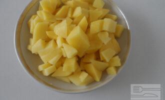 Шаг 2: Картофель нарежьте мелким кубиком.