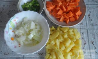 Шаг 2: Овощи нарежьте кубиком. Зелень просто измельчите.