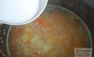 Шаг 7: Добавьте лук и морковь к картофелю. Посолите и варите до готовности.