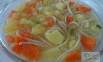 Шаг 7: Выключите плиту и настаивайте суп под крышкой 7–10 минут. Затем при помощи половника разлейте его по тарелкам.
