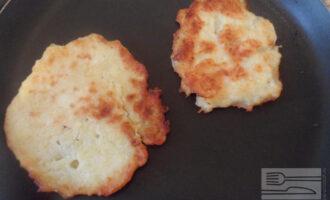 Шаг 5: Сформируйте из теста оладьи ложкой и обжаривайте на сковороде с двух сторон.