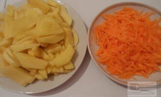 Шаг 2: Картофель нарежьте средними кусочками. Натрите на терке морковь.
