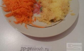 Шаг 2: Морковь и топинамбур натрите на мелкой терке.