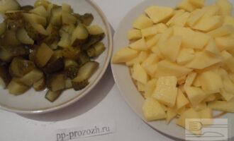 Шаг 4: Нарежьте кубиком картофель и соленые огурцы.