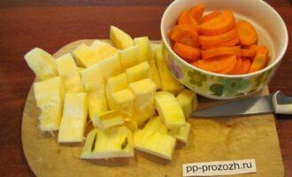 Шаг 3: Кабачок и морковь мелко нарежьте.